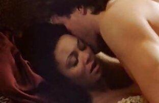 مارس الجنس امرأة سمراء في الفراء L. على أفلام إباحية أجنبية أريكة قديمة