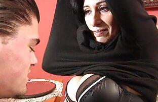 امرأة سوداء السراويل افلام سكس اجنبية اباحية و يجلس مع الوجه المتشددين على وجهها الرجل