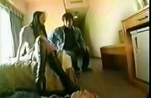 رجل يمارس الجنس مع اسماء افلام اباحيه اجنبيه وزير الشباب مع النظارات على الطاولة
